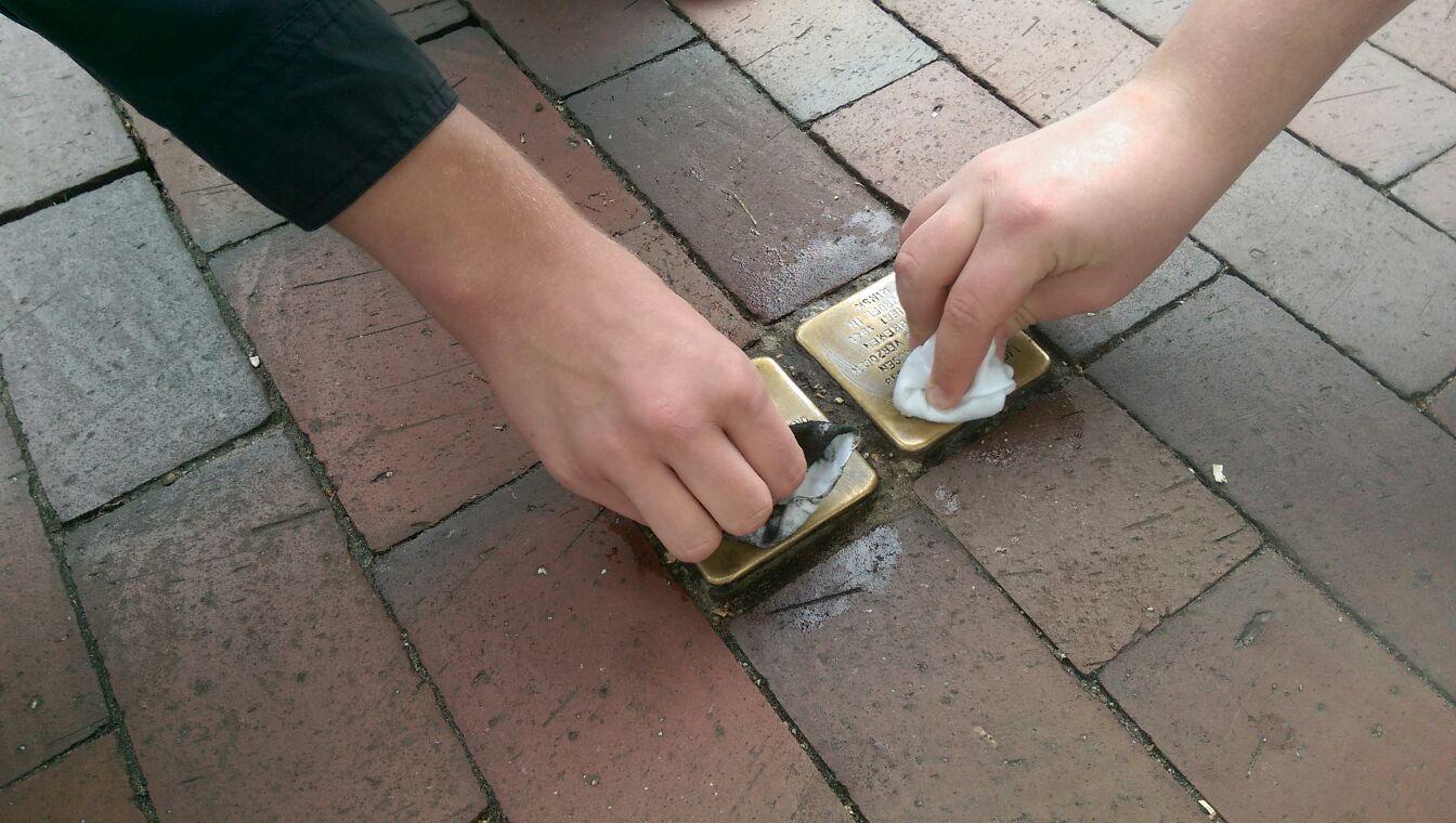Jusos putzen Stolpersteine am Tag der Arbeit
